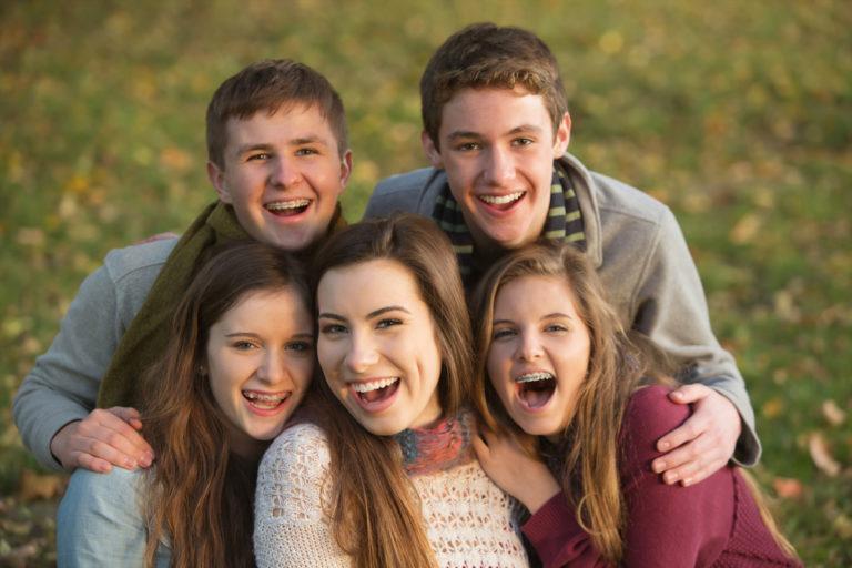 Jugendliche lächeln in die Kamera
